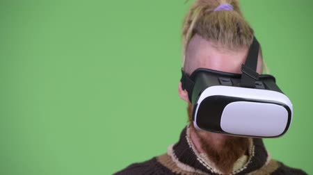hippi : Happy handsome bearded man using virtual reality headset Stok Video