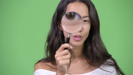 nagyítóüveg : Young happy beautiful multi-ethnic woman playing with magnifying glass