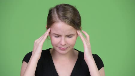 dor de cabeça : Young stressed businesswoman having headache Stock Footage
