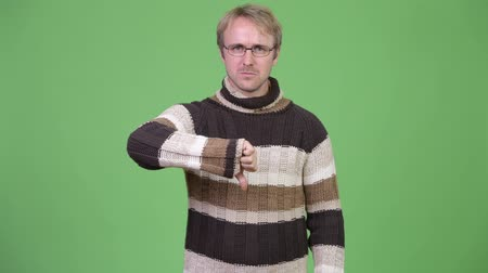 polegar : Studio shot of angry man giving thumbs down Stock Footage
