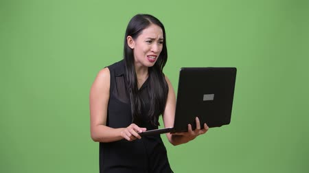 siyah üzerine izole : Young beautiful Asian businesswoman using laptop