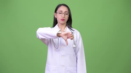 polegar : Young beautiful Asian woman doctor giving thumbs down