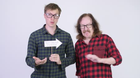 fince : Frustrated senior hipster man and young hipster man showing paper sign together Stok Video