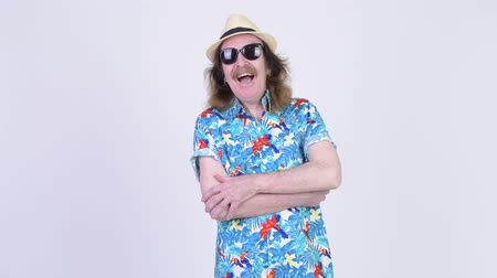 гавайский : Happy senior tourist man wearing sunglasses with arms crossed ready for vacation