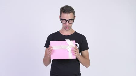 camisa : Studio shot of happy nerd man holding gift box