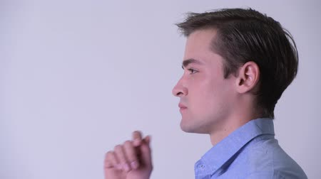 ponderando : Profile view of young handsome businessman thinking