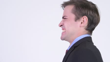 sinirlenmiş : Profile view of young angry businessman shouting