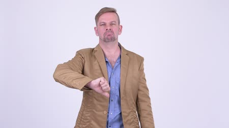 неправильно : Upset blonde casual businessman giving thumbs down Стоковые видеозаписи