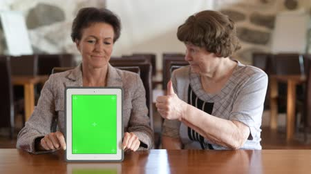 フィンランド語 : Happy Mother And Daughter Showing Digital Tablet Together And Giving Thumbs Up 動画素材