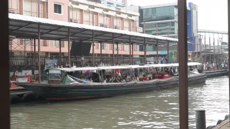 saen : BANGKOK, THAILAND - NOVEMBER 13, 2018: Locals and foreigners taking the boat ride at Pratunam pier. Stock Footage