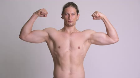 бицепс : Handsome muscular man flexing biceps shirtless against white background