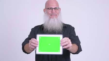 calvizie : Mature bald bearded man showing digital tablet