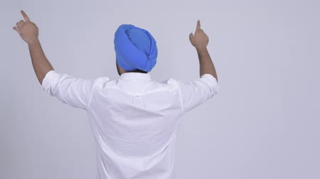 frizura : Rear view of young Indian Sikh man pointing finger