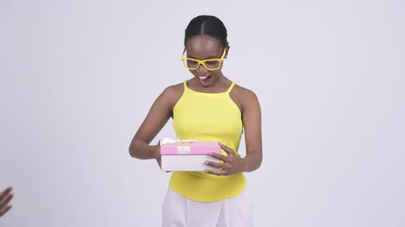 travessura : Young beautiful African woman opening empty gift box