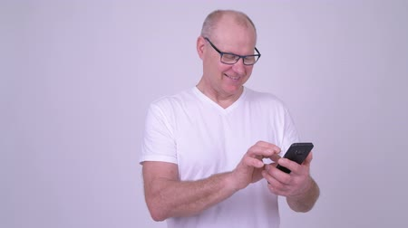 vlogging : Happy handsome senior man using phone Stock Footage