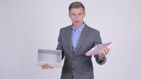 открытие : Young businessman opening empty gift box Стоковые видеозаписи
