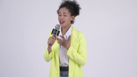 cantora : Happy young beautiful African businesswoman singing with microphone