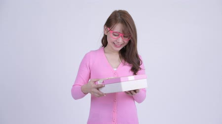 travessura : Young upset Asian nerd woman opening empty gift box