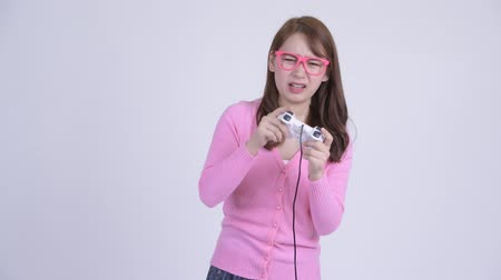 perdedor : Young stressed Asian nerd woman playing games and losing