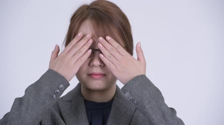 moudrý : Face of young beautiful Asian businesswoman covering eyes as three wise monkeys concept Dostupné videozáznamy