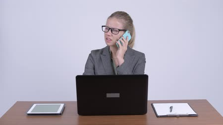 sinirlenmiş : Young angry blonde businesswoman talking on the phone at work