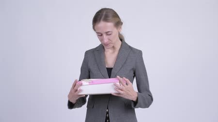 travessura : Young blonde businesswoman opening gift box as prank