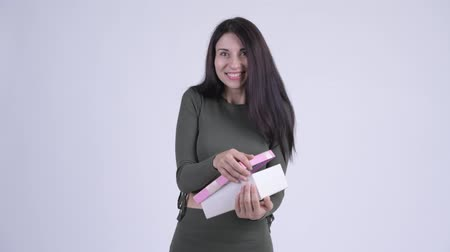 travessura : Young beautiful woman opening empty gift box as prank