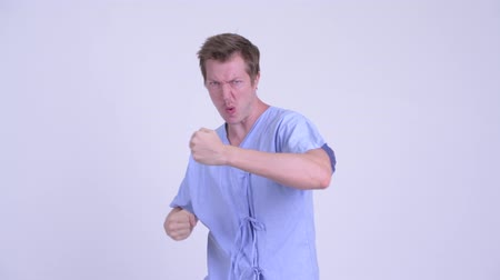 escandinavo : Portrait of young man patient air boxing in fighting stance