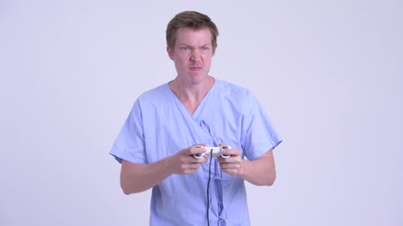 perdedor : Stressed young man patient playing games and losing