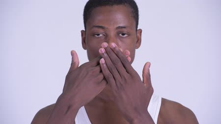 moudrý : Face of young handsome African man showing speak no evil concept Dostupné videozáznamy