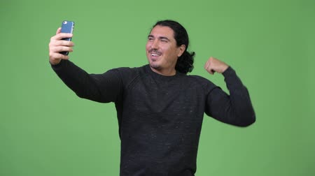 férfias : Handsome man taking selfie with phone
