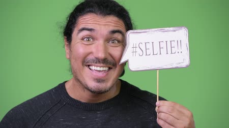 в середине : Handsome man holding selfie paper sign