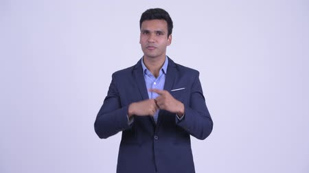 presentador : Young happy Indian businessman in suit explaining something