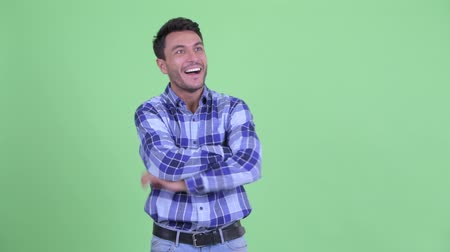 positief denken : Happy young Hispanic man looking around and feeling excited