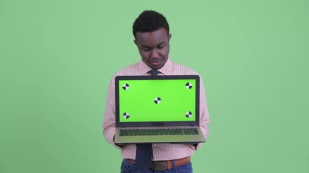 slecht nieuws : Stressed young African businessman showing laptop