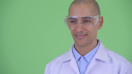 cabeza calva : Face of happy bald multi ethnic man doctor with protective eyeglasses thinking