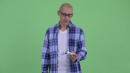 perdedor : Stressed bald hipster man playing games and losing