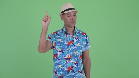 lembrete : Happy multi ethnic tourist man pointing up Stock Footage