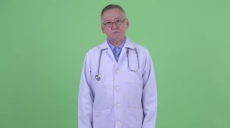 elliler : Mature Japanese man doctor with eyeglasses Stok Video