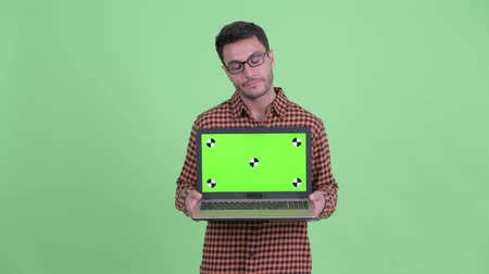 slecht nieuws : Stressed young Hispanic hipster man showing laptop