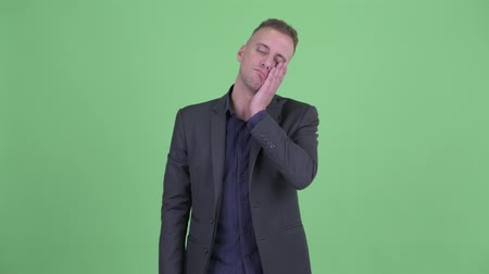 aborrecido : Stressed businessman in suit with face palm