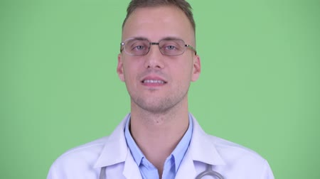 schválení : Face of happy handsome man doctor nodding head yes