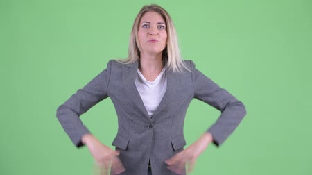 zuřivý : Angry young blonde businesswoman talking and complaining Dostupné videozáznamy