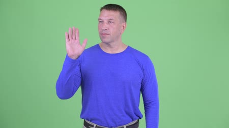acenando : Macho mature man waving hand