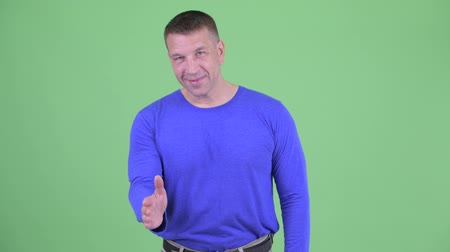поддержка : Happy macho mature man giving handshake
