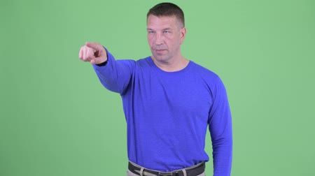 direto : Macho mature man pointing finger Stock Footage