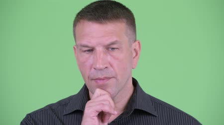 гангстер : Face of stressed macho mature businessman thinking