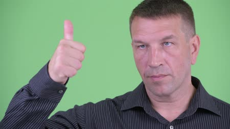 osobní strážce : Face of macho mature businessman giving thumbs up