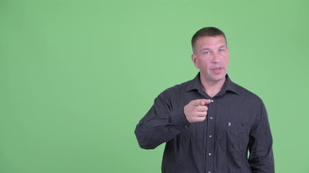 osobní strážce : Macho mature businessman talking and pointing up Dostupné videozáznamy