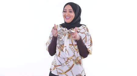 головной платок : Happy young African Muslim woman giving thumbs up and looking excited